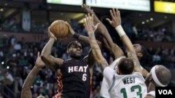 LeBron James (6) dihadang oleh para pemain Boston Celtics ketika berusaha memasukan bola. Heat mengalahkan Celtics 98-90 di babak perpanjangan waktu.