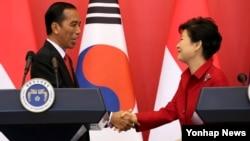 박근혜 한국 대통령(오른쪽)과 조코위 인도네시아 대통령이 16일 청와대에서 열린 한-인도네시아 정상 공동기자회견을 마친 뒤 악수하고 있다.