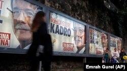 土耳其將於11月1日舉行大選。民眾街頭行走經過各樣競選海報。