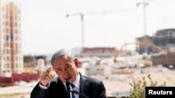 ນາຍົກລັດຖະມົນຕີ ອິສຣາແອລ ທ່ານ Benjamin Netanyahu ຖະແຫຼງຢູ່ຕໍ່ໜ້າສະຖານທີ່ກໍ່ສ້າງໃໝ່, ໃນຖິ່ນຖານຂອງຊາວ ຢິວ ທີ່ຮູ້ຈັກໃນ ອິສຣາແອລ ວ່າ Har Homa ແລະ Jabal Abu Ghneim ໃນ ປາແລັສໄຕນ, 16 ມີນາ, 2015.