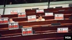 香港民主派立法會議員反對政府西九一地兩檢議案 (美國之音湯惠芸拍攝)
