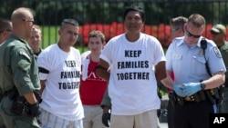 백악관 인근에서 이민개혁을 요구하는 시위를 벌이다가 체포되고 있는 이민단체 관계자들. (자료사진)