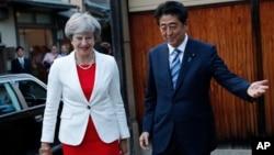 日本首相安倍(右)与到访的英国首相特蕾莎·梅举行会晤。(2017年8月30日)