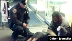 Lawrence DePrimo evsiz adama ayaqqabı bağışlayır