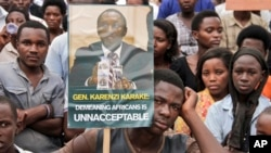 Para demonstran memprotes Komisi Tinggi Inggris di Kigali, Rwanda, menuntut pembebasan kepala intelijen negara itu, Karenzi Karake (25/6). (AP/Denyse Uwera)