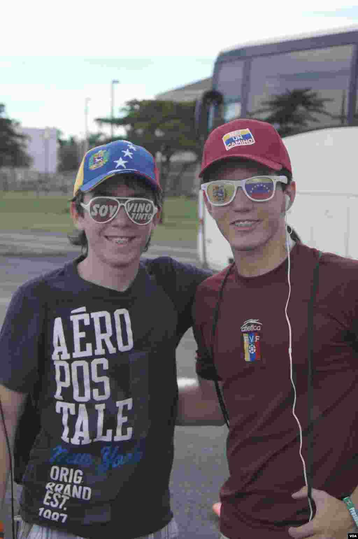 Dos jóvenes venezolanas posan para el lente de VOA antes de iniciar el viaje a Nueva Orleans donde se espera una participación masiva del electorado venezolano en EE.UU. [Foto: Vanessa Carolina Rodríguez Gómez]