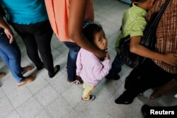 墨西哥遣返的移民在洪都拉斯等待登记