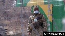 Фото: військовий на пропускному пункті у Майорську, Донецька область, 16 березня 2020 року