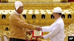 미얀마 네피도 시 국회에서 틴 쩌 신임 대통령(왼쪽)이 30일 테인 세인 대통령으로부터 대통령 증서를 전달받고 있다.