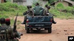 Des militaires ivoiriens patrouillent dans le village de Keibly, en Côte d'ivoire, 31 mai 2011.