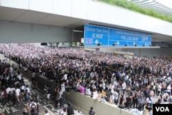 香港立法会附近的主要交通干道已经为抗议者占据(美国之音记者申华拍摄)