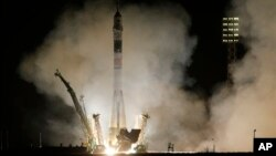 Roket Soyuz-FG bersiap lepasa landas, membawa kapsul Soyuz TMA-08M dan tiga astronot menuju Stasiun Antariksa Internasional (ISS) dari kosmodrom Baikonur di Kazakhstan (29/3). Kapsul Soyuz dan 3 astronot telah merapat ke ISS, enam jam pasca lepas landas.