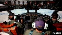 Para pilot pesawat Angkatan Udara Australia AP-3C Orion saat melakukan pencarian pesawat Malaysian Airlines penerbangan MH370 di atas Samudera Hindia (24/3).