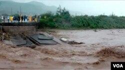 Un puente destruido por el huracán Matthew en Croix-des-Missions, cerca de Puerto Príncipe, Haití. Foto: Florence Lisné, VOA.