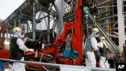 지난달 9일 일본 후쿠시마 원전에서 인부들이 냉각 작업에 필요한 파이프 공사를 하고 있다.