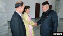 김정은 북한 국방위원회 제1위원장이 19일 열린 평양시 인민회의 대의원 선거 투표를 마치고 투표소 직원들을 격려했다고 조선중앙통신이 20일 보도했다.