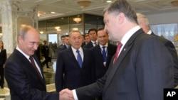 Tổng thống Nga Vladimir Putin và Tổng thống Ukraine Petro Poroshenko.