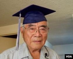 宫田戴着迟来72年的高中毕业方帽(美国之音国符拍摄)