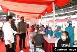 Presiden Jokowi meninjau pelaksanaan vaksinasi massal yang digelar di Stadion Utama Gelora Bung Karno, Senayan, Jakarta, Sabtu (26/06/2021). (Foto: BPMI Setpres)
