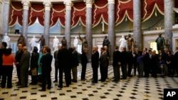 Dân biểu chờ trong trụ sở Quốc hội để bỏ phiếu