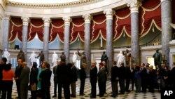美国议员在众议院排队准备投票