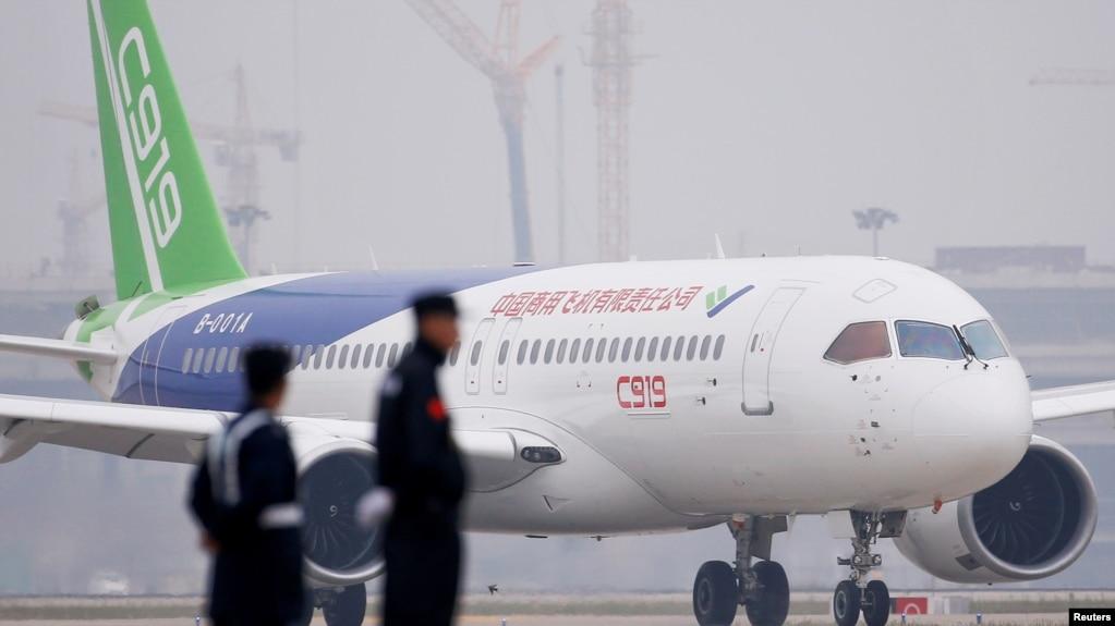 中国C919客机2017年5月5日在首飞后降落上海浦东国际机场。(photo:VOA)