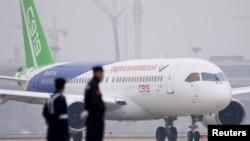 中国C919客机2017年5月5日在首飞后降落上海浦东国际机场。