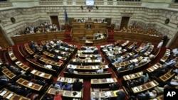 Các nhà lập pháp tham gia vào phiên họp quốc họp ở Athens, 14/8/2015.