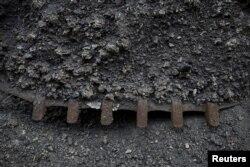 中国黑龙江省鸡西市的一家煤矿长的煤炭废料。(2015年10月24日)