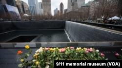 Мемориал в Нью-Йорке на месте падения башен-близнецов Всемирного торгового центра