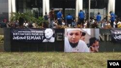 Sejumlah kalangan menyambut kedatangan penyidik senior KPK Novel Baswedan setelah menjalani pengobatan di Singapura selama 10 bulan, akibat disiram air keras oleh orang tak dikenal. (Foto: VOA/Fathiyah).
