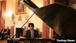 지난 2008년 미국 워싱턴 국무부에서 연주한 피아니스트 김철웅.