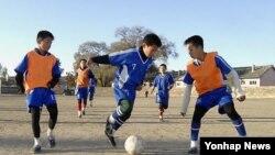 지난해 10월 북한 평안북도 선천군청소년체육학교에서 유소년들이 축구 훈련을 하고 있다. (자료사진)