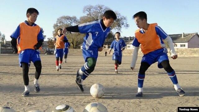 지난해 10월 북한 평안북도 선천군청소년체육학교에서 축구 훈련 중인 북한 학생들. (자료사진)
