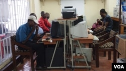 Locals surf the web at an Internet cafe in Kinshasa, Democratic Republic of Congo. - VOA/ Nick Long