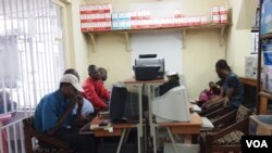 Des Congolais surfent le Net dans un cyber café à Kinshasa, République démocratique du Congo. - VOA/ Nick Long