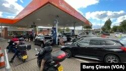 29 Eylül 2021 - Londra'da akaryakıt sıkıntısı devam ederken, kent sakinleri benzin alabilme umuduyla istasyonlara akın etmeye devam ediyor
