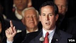 Mantan Senator Pennsylvania, Rick Santorum memberikan pidato di depan pendukungnya di St. Charles, Missouri (8/2).