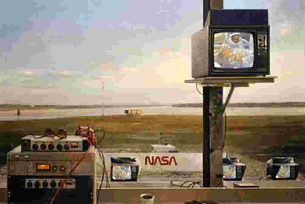 Martin Hoffman captura el momento en que un astronauta se pone su traje espacial a través de una pantalla de televisión en el área de medios del Centro Espacial Kennedy.