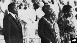 FILE; URobert Mugabe, uCannan Sodindo Banana, uNkosikazi Janet Banana lomunye owesifazana ngesikhathi bethakazelela iminyaka emibili kazibuse eZimbabwe. (AP)