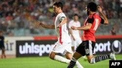 L'attaquant tunisien Youssef Msakni contre l'attaquant égyptien Mohamed Salah lors de son match de qualification pour la Coupe d'Afrique des Nations CAN 2019 à Rades, le 11 juin 2017.