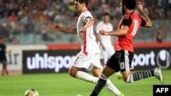 Le Tunisien Youssef Msakni contre l'Egyptien Mohamed Salah lors du match de qualification pour la CAN 2019 à Rades, le 11 juin 2017.