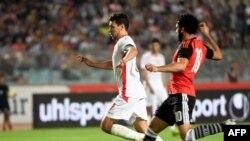 Youssef Msakni contre l'attaquant égyptien Mohamed Salah lors d'un match, Tunisie, le 11 juin 2017.