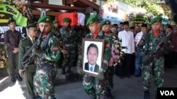 Upacara persemayaman jenazah dan pemakaman secara militer dilaksanakan di rumah duka kediaman keluarga Dubes RI untuk Pakistan Burhan Muhammad di Jalan Agus Salim Yogyakarta, Rabu 20/5 (foto: VOA/Munarsih).