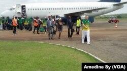Les Lions de la Teranga arrivent à Franceville pour la CAN 2017, Gabon, le 12 janvier 2017 (VOA/Amedine Sy)