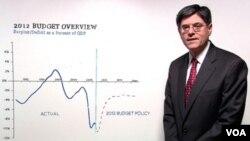 Jack Lew, Direktor Ureda američke vlade za menadžment i budžet, objašnjava na grafikonu uštede koje je predložio predsjednik Obama