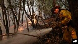 Một lính cứu hỏa dập tắt một đám cháy ngày 12/10/2017, gần Calistoga, California.