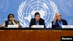 میانمر میں روہنگیا افراد کی ہلاکتوں کی تحقیقات کرنے والا اقوام متحدہ کا حقائق تلاش کرنے والے مشن کے ارکان جینوا میں میڈٰیا سے گفتگو کر رہے ہیں۔ بائیں سے دائیں۔ رادھکا کومراسوامی، مارزوکی ڈروسمن ، کسٹوفر سیڈوٹی ۔ 18 ستمبر 2018