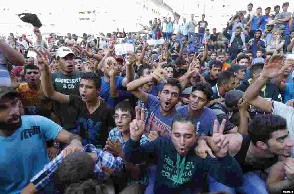ہنگری کے دارالحکومت بڈاپیسٹ کے ایک اہم ریلوے اسٹیشن پر سینکڑوں تارکین وطن پھنسے ہوئے ہیں