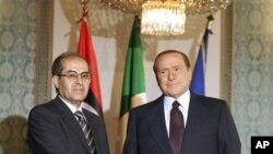 意大利總理貝盧斯科斯尼(右)和利比亞國家過渡委員會的領袖賈布里勒在米蘭會談之後宣佈意大利解凍利比亞五億美元資產。